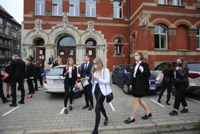 Uczniowie III LO w Katowicach przed swoją szkołą podczas egzaminu maturalnego
