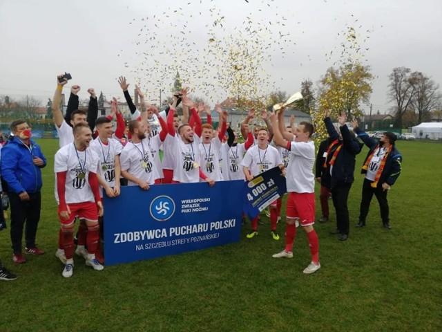 Tak Stella Luboń świętowała obronę Pucharu Polski strefy poznańskiej. Graczem meczu wybrano Jakuba Solarka.