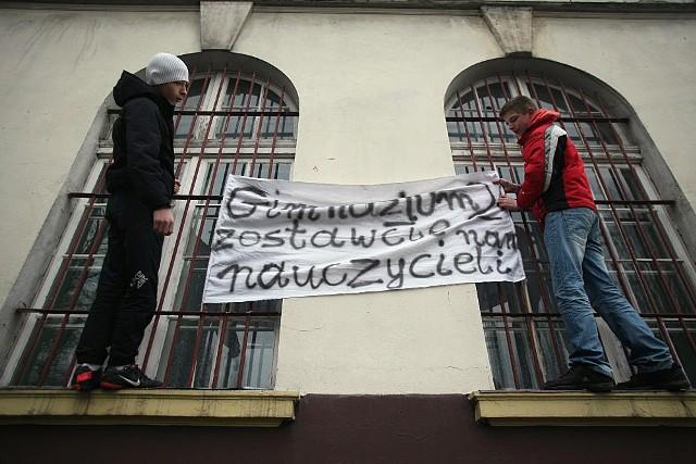 W piątek pikietowali uczniowie gimnazjum z Ogrodowej w Łodzi. Obawiają się likwidacji szkoły.