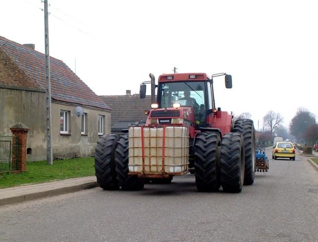 Pijany rolnik gonił interweniujących policjantów wielkim traktorem. Padły strzały.