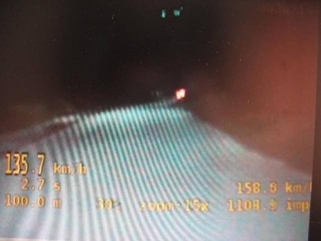 Kadr z policyjnego wideorejestratora. Pomiar wskazuje prędkość 135,7 km/h