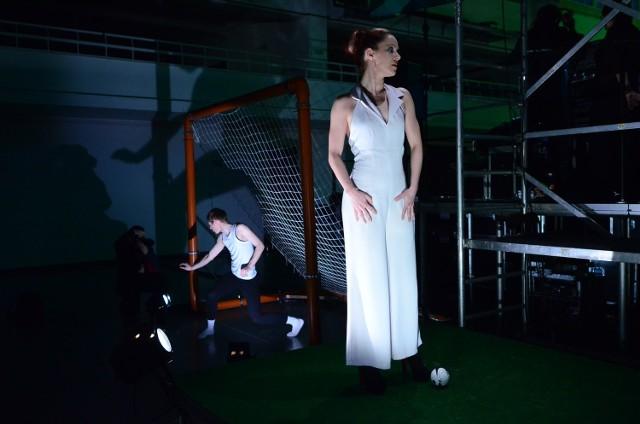 """Paulina Wycichowska w spektaklu """"Footb@ll..."""". Przedstawienie będzie można zobaczyć w środę 16 maja o godzinie 16 na Dziedzińcu Szkoły Baletowej w Poznaniu"""