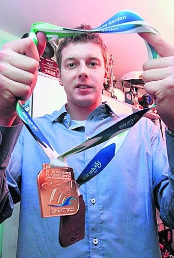 Konrad Czerniak (Wisła Puławy) prezentuje medale z ubiegłorocznych mistrzostw Europy seniorów w Szczecinie