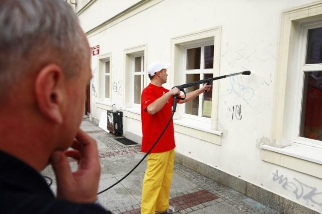 Marcin Zawiła, kandydat na prezydenta Jeleniej Góry, umył bibliotekę, której dyrektoruje