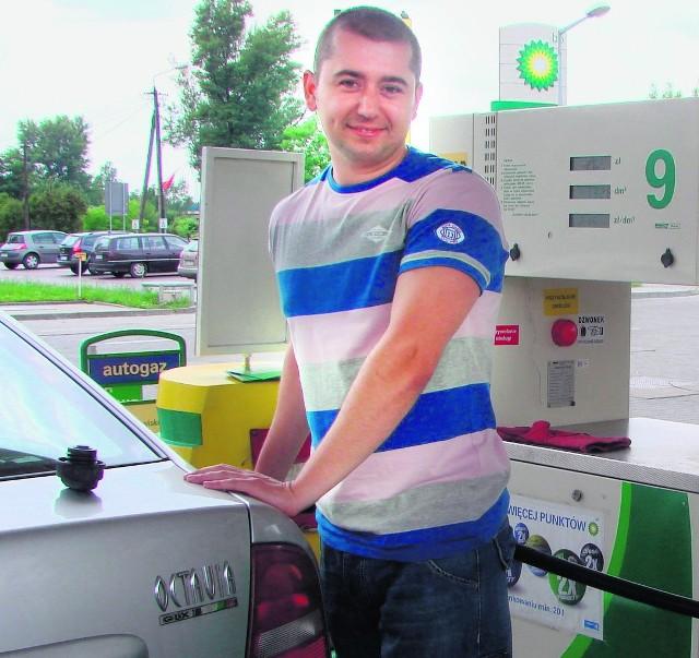Adam Szczecina z Chełmka tankuje benzynę. Na miesiąc wydaje na to 400 zł, bo do pracy ma kawał drogi
