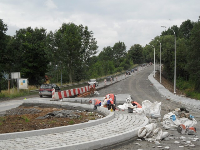 Mieszkańcy chcą, by wybudowano im chodnik od ronda, aż do samej góry. To rozwiązałoby problem pieszych