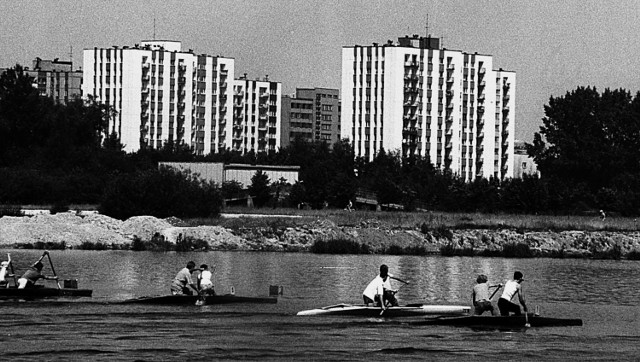 Co zostało po dekadzie Gierka? Wbrew pozorom sporo...Dekada lat 70. przyniosła budowę największej liczby mieszkań w całej powojennej historii. Za rządów Edwarda Gierka zbudowano 2,6 mln mieszkań, co dało miejsce do zamieszkania 10 mln osób. Rekordowym rokiem był 1978, kiedy oddano do użytku 284 tys. lokali. Choć inżynierowie oceniali wytrzymałość konstrukcji na 25-30 lat okazały się one wyjątkowo trwałe, a blokowiska z czasów Gierka nadal stanowią podstawowe źródło transakcji na wtórnym rynku nieruchomości i to właśnie te lokale są dziś najbardziej poszukiwane. Wśród założeń jakie stawiał sobie Komitet Centralny Polskiej Zjednoczonej Partii Robotniczej znalazła się informacja, że do roku 1990 każda rodzina ma mieć zapewnione mieszkanie, na które czas oczekiwania, wynosić będzie nie więcej niż 4 lata. Standard mieszkań w stosunku do projektów z czasów Gomółki dzieliła przepaść. I nie chodzi tylko o metraż. Ostatecznie pożegnano się z tzw. ślepymi kuchniami i wspólnymi łazienkami. Osiedle Paderewskiego w Katowicach czy Ursynów w Warszawie stały się wizytówką tego okresu.