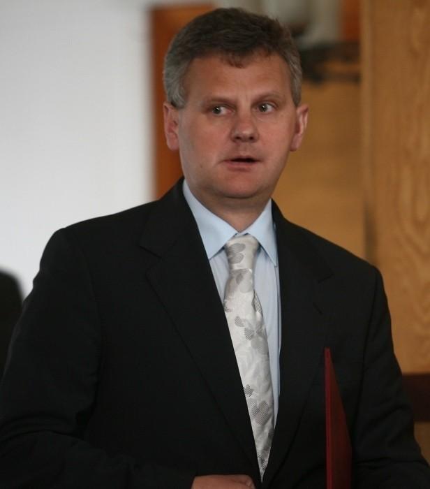 Minister skarbu Aleksander Grad wie, że ziemia pali mu się pod nogami