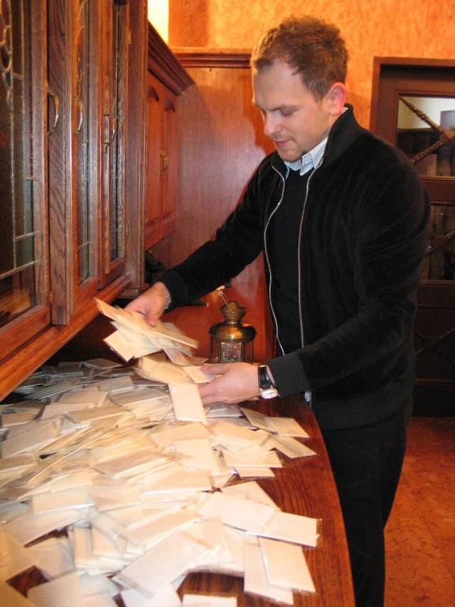 Powołując się na księdza z hospicjum w Łodzi oszust rozprowadza opłatki.