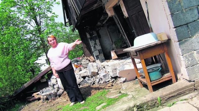 Wiele domów i budynków gospodarczych w gm. Lanckorona rozsypało się lub popękało tak, że nie da się w nich mieszkać