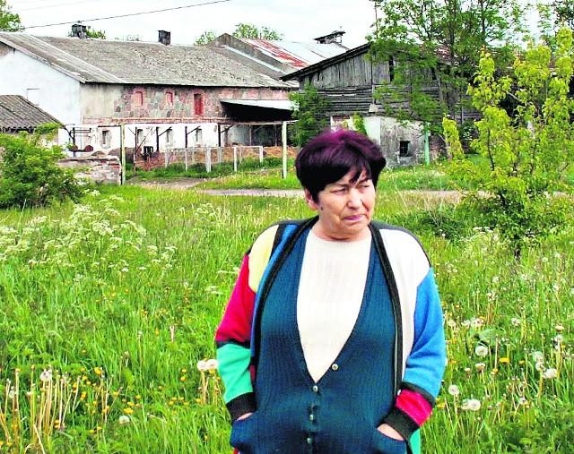 Kiedyś tu było pięknie. Słychać było ryczenie       krów, kwiczenie świń, turkot maszyn...Anna Karwowska , a w tle byłe PGR