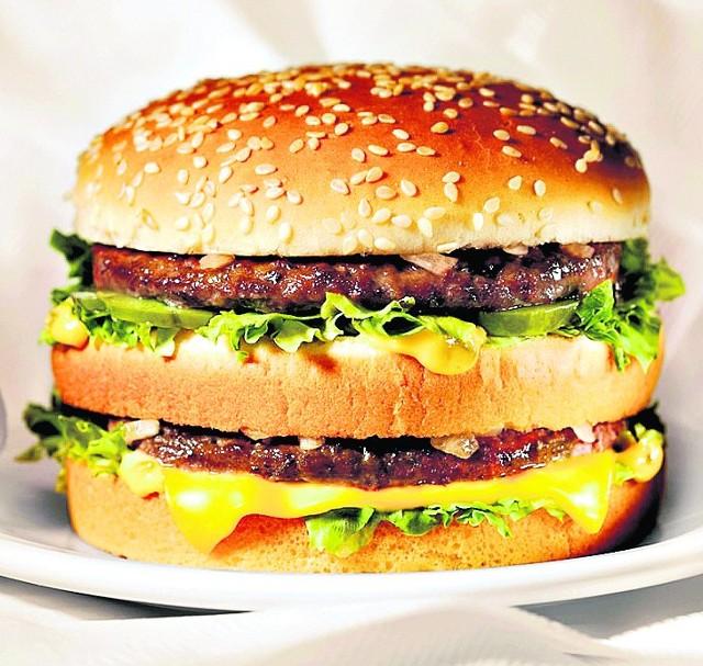 Big Mac (porcja): 495 kcal, 27 g białka, 40 g węglowodany, 8 g cukry proste, 25 g tłuszcze,  10 g kwasy tłuszczowe nasycone, 3 g błonnik, 2,3 g sól