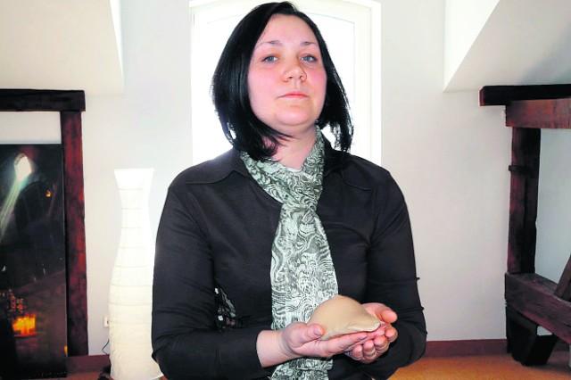 Beata Kopytko, położna środowiskowa prezentuje fantom