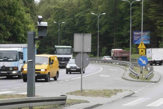 Z polskich dróg nie znikną maszty z fotoradarami. Te nieużywane będą zasłaniane