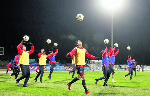 W środę piłkarze Wisły pierwszy raz trenowali na stadionie Hutnika. Jutro zagrają tutaj z Arką