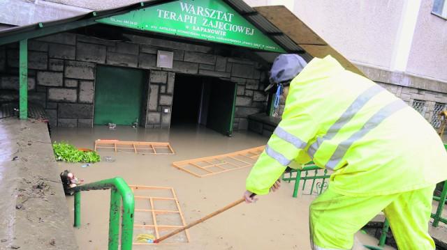 Z zalanych podziemi kościoła, w których mieszczą się warsztaty, wyniesiono osiemnaście wywrotek zniszczonego sprzętu
