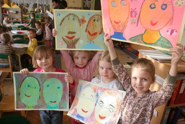 Dzieci chętnie malują laurki dla dziadków