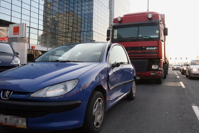 Wypadek z udziałem TIRa w centrum Łodzi