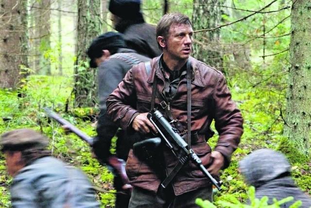 "Daniel Craig jako Tewje Bielski w filmie ""Opór"""