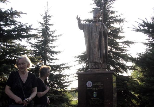 Pomnik Jana Pawła II stanął przed kościołem na Czubach