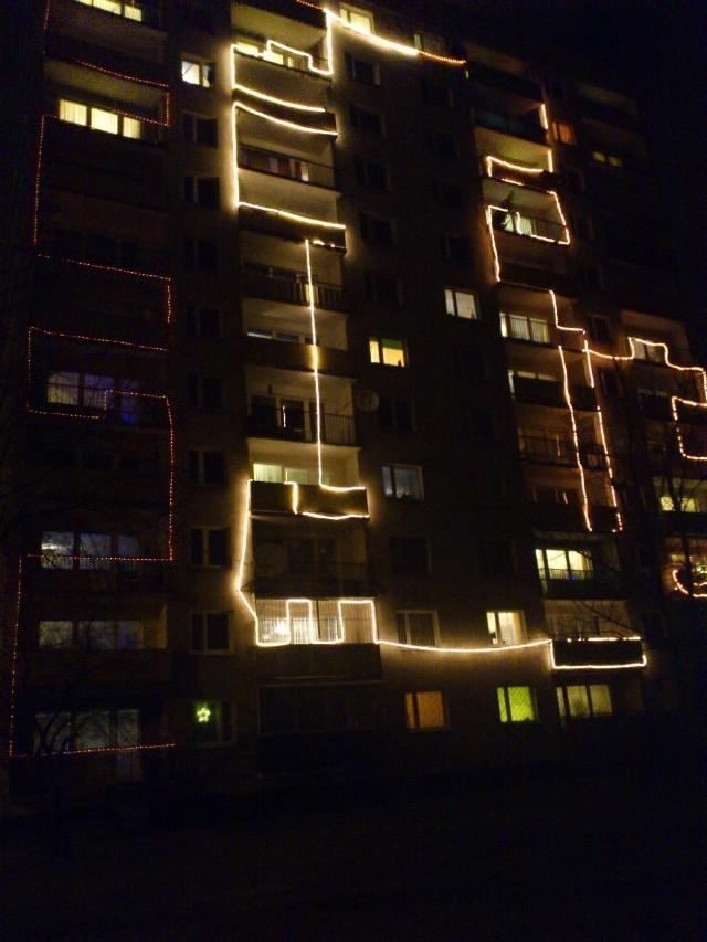 Iluminacja bloku przy Przędzalnianej 102/104 podczas testów.