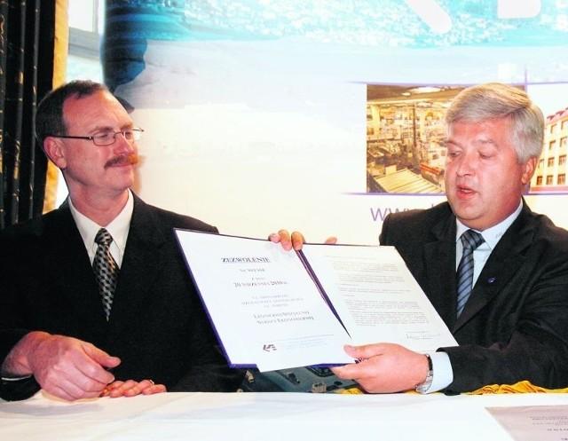 Adam Grabowiecki, prezes LSSE przekazał 94. zezwolenie dyrektorowi Willhelmowi Hall