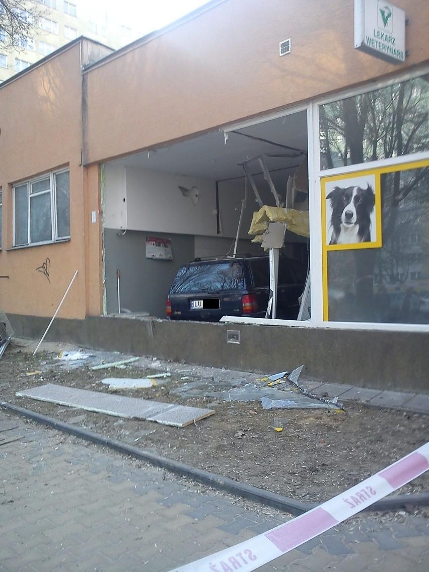 Ul. Pana Balcera: Kierowca jeepa wjechał do budynku