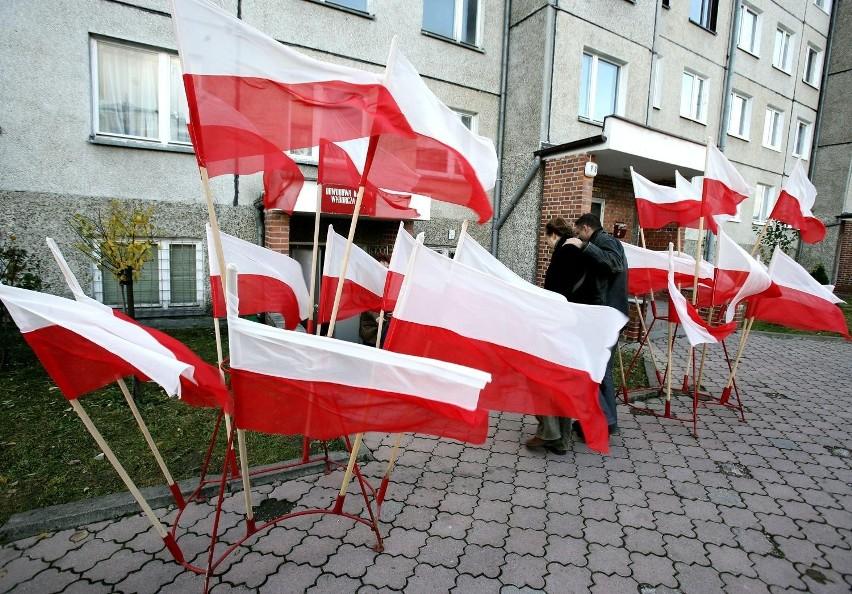 Pabianiczanin odpowie za porzucenie flagi na chodniku