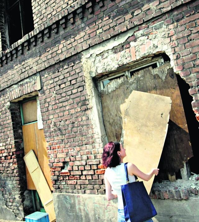 """W tym pustostanie przy ul. Starowiejskiej 11 w sobotę wybuchł pożar. Dolne okna i drzwi """"zabezpieczono"""" cienkimi płytami pilśniowymi, które wystarczy dotknąć, żeby odpadły. Wejście do środka ruiny to nie problem"""
