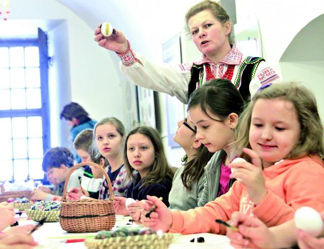 Twórczyni ludowa Bogumiła Wójcik prowadziła w STL warsztaty malowania jaj