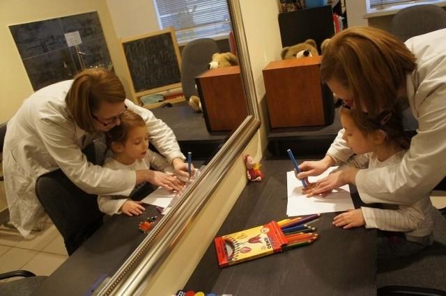 Czteroletnia Wiktoria robi postępy w leczeniu pod opieką pracowników poradni przy Żydowskiej.