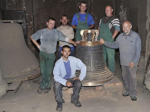 Odlewanie dzwonu dla łódzkiej katedry. Noc z czwartku na piątek (4/5 sierpnia 2011).