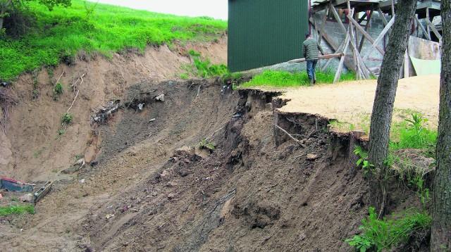 Leszek Oracz uprząta teren wokół dawnego warsztatu stolarskiego. Po powodzi jego rodzina została bez środków do życia