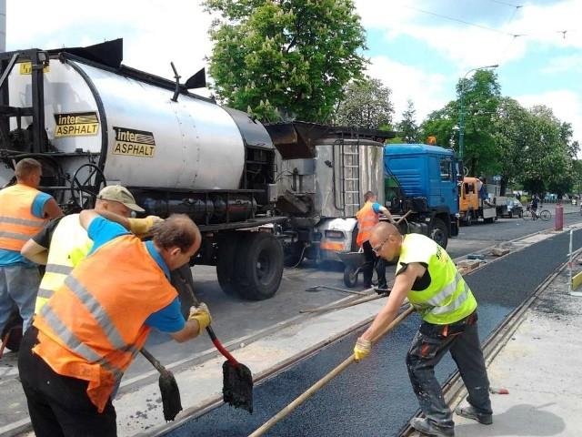 Szyny już leżą, stoją słupy trakcyjne, zamontowano kable - przebudowa  na ulicy  Grunwaldzkiej  zbliża się do końca