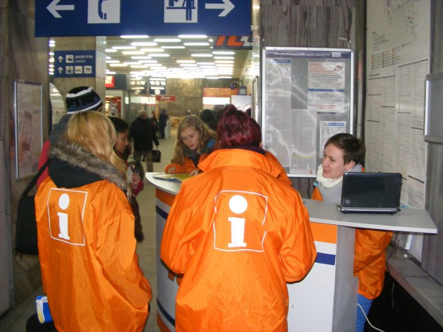 """Do poniedziałku na  Dworcu Głównym PKP w Poznaniu będzie można  spotkać osoby w pomarańczowych kurtkach z litera """"i"""" na plecach, które udzielą podróżnym informacji na temat aktualnego rozkładu jazdy"""