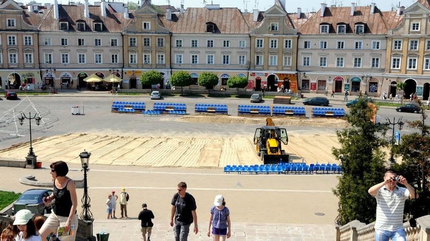 Na pl. Zamkowym trwają przygotowania do wielkiej, trzydniowej imprezy beach soccera