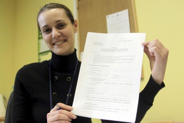 Aneta Rybak prezentuje formularz wniosku o dotację