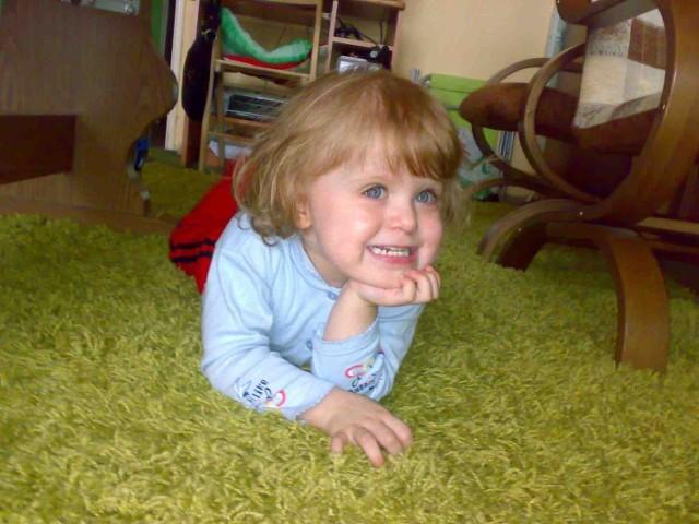 Justynka jest bystrym, ciekawym świata dzieckiem