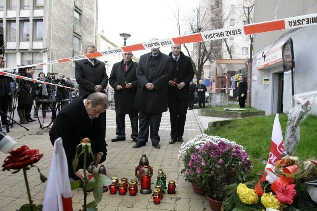 19 października 2010 roku Ryszard C. wtargnął do siedziby PiS przy alei Schillera, w centrum Łodzi. Zastrzelił Marka Rosiaka.