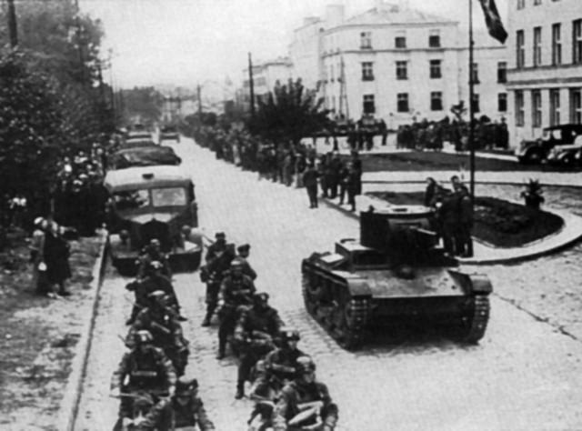 Jednym z symboli sojuszu Hitlera ze Stalinem stała się  defilada Wehrmachtu i Armii Czerwonej w Brześciu