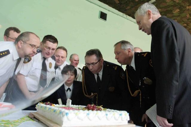 Urodzinowy tort pełnoletniej już formacji
