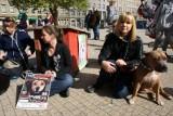 Poznań: Przykuli się do psich bud - protest przeciw przemocy wobec zwierząt [ZDJĘCIA]