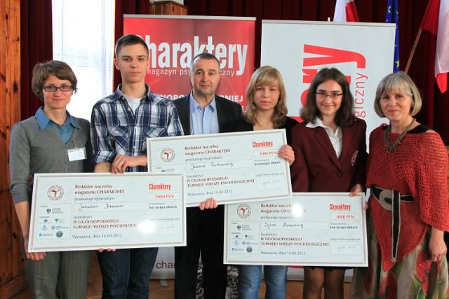 Laureaci konkursu oraz członkowie jury. Jakub Krawiec stoi 2. z lewej, Joanna Rutkowska - 4. z lewej.