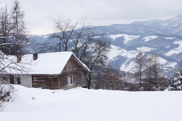 Do przysiółka Makowica (Rytro) w zimie z trudem dojeżdżają terenówki na łańcuchach