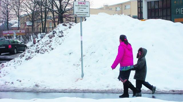 Wielkie hałdy śniegu zalegajace na prywatnych posesjach, grożą nawet wcale nie małymi podtopieniami budynków