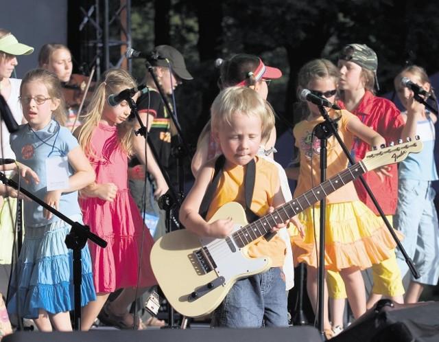 Tym razem małoletni muzycy wzięli na warsztat dawne, rockowe przeboje z festiwali w Jarocinie