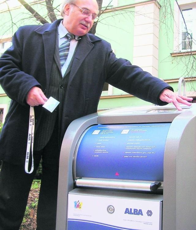 Zenon Parosa z WPO Alba pokazuje, jak się korzysta z podziemnych kubłów