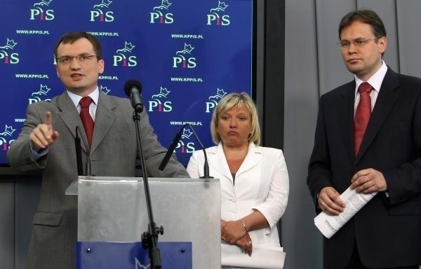 """Beata Kempa jest zaliczana do frakcji """"ziobrystów"""" w PiS. Na zdjęciu ze Zbigniewem Ziobrą i Arkadiuszem Mularczykiem (2008 r.)"""