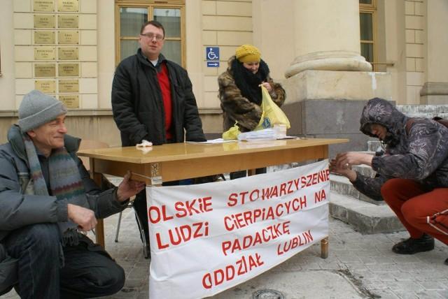 Radny Marcin Nowak oraz Barbara Lisek, prezes lubelskiego Stowarzyszenia Chorych na Padaczkę, rozdawali mieszkańcom Lublina ulotki na temat padaczki.