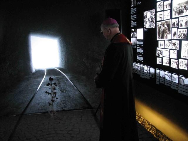 Bp Wieczorek przed instalacją symbolizującą los świętej